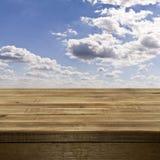 Videz le dessus de table en bois contre un ciel bleu avec le clou blanc pelucheux Photos libres de droits