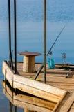 Videz le pilier en bois de pêche avec les tiges, la table et l'amorce Belle réflexion dans une eau Photo stock