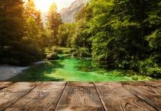 Videz le pilier ou la table en bois au-dessus de la rivière de montagne Photos libres de droits
