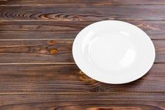 Videz le plat blanc sur la vue supérieure en bois de table Image libre de droits