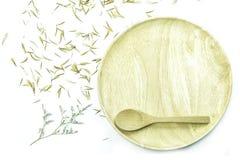Videz le plat en bois avec la fleur et le pétale sur le fond blanc Photos libres de droits