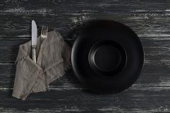 Videz le plat noir sur un vieux fond en bois Photos stock