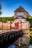videz le pont en bois et les portes avec les lanternes et la vieille structure de fortification reflétées dans l'eau, image libre de droits
