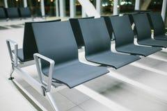 Videz le refuge de l'aéroport avec des sièges dans une rangée la nuit Vol de nuit, transfert, attendant à l'aéroport Photographie stock