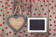 Videz le signe de tableau noir et le cadre en bois de forme de coeur Photo stock