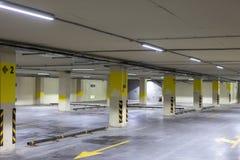 Videz le stationnement souterrain Même rangées avec les inscriptions lumineuses photos stock