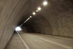 Videz le tunnel lumineux de voiture ou de route Image stock