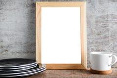Videz les accessoires de cadre en bois et de cuisine sur la table Photographie stock libre de droits