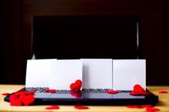 Videz les autocollants de livre blanc se tenant sur le PC à la table en bois Photo libre de droits