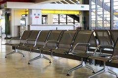 Videz les bancs au refuge d'aéroport Image stock