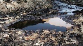 Videz les déchets toxiques, le sol de contamination d'huile et l'eau images stock