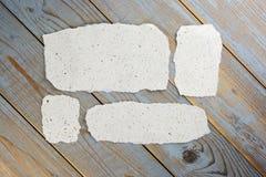 videz les morceaux d'éraflure de papier fabriqués à la main sur le vieux fond en bois Photos stock