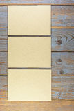 Videz les morceaux de papier fabriqués à la main sur le vieux fond en bois Photo libre de droits