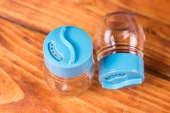 Videz les nouveaux dispositifs trembleurs de sel et de poivre sur le conseil en bois Photos libres de droits