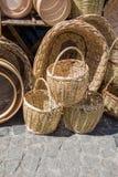 Videz les paniers en osier à vendre dans un marché Photographie stock libre de droits