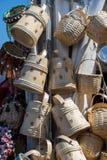 Videz les paniers en osier à vendre dans un marché Photo libre de droits