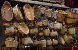 Videz les paniers en osier à vendre dans un marché Images libres de droits