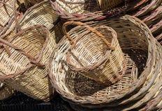 Videz les paniers en osier à vendre dans un marché Photo stock