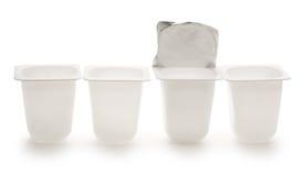 Videz les pots en plastique écrasés de yaourt Photo libre de droits