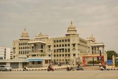 Vidhana Soudha das Gebäude der staatlichen Gesetzgebung in Bangalore, Indien Lizenzfreie Stockbilder