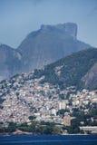 Vidigal slumkvartersikt från Arpoador royaltyfri foto