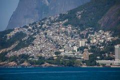 Vidigal slumkvartersikt från Arpoador Royaltyfri Bild
