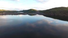 Vidoeiro do anão, pedras musgo-cobertas Um grande lago região em Rússia, Murmansk, Kola Peninsula filme