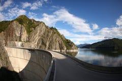 Vidraru水坝、湖和山景 免版税库存图片