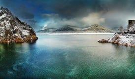Vidraru jezioro w zimie, Rumunia obrazy royalty free