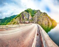 Vidraru See und Verdammung lizenzfreie stockfotografie