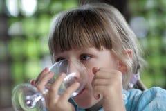 Vidrio adolescente de los asimientos de agua fotografía de archivo