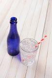 Vidrio azul de la botella y de agua Fotos de archivo