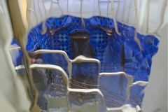 Vidrio azul, fondo borroso Foto de archivo
