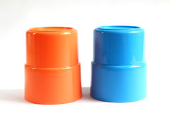 Vidrio azul y anaranjado del plástico del color Fotos de archivo