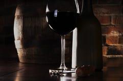 Vidrio, barril y una botella de vino rojo Fotos de archivo