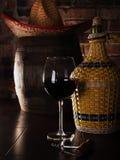Vidrio, barril y una botella de vino rojo Imagen de archivo