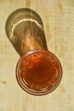 Vidrio caliente del té en la tabla de madera Foto de archivo libre de regalías