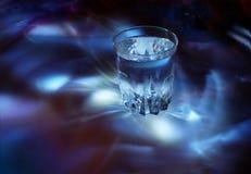 Vidrio con agua, luz fría Imágenes de archivo libres de regalías
