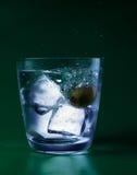 Vidrio con agua y el hielo Foto de archivo libre de regalías