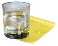 Vidrio con agua y la píldora Fotografía de archivo