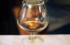 Vidrio con el fondo del alcohol Foto de archivo libre de regalías