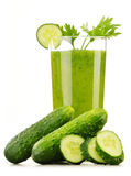 Vidrio con el jugo de las verduras frescas aislado en blanco Dieta del Detox Foto de archivo libre de regalías
