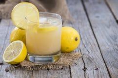Vidrio con el jugo de limón Fotos de archivo libres de regalías