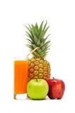 Vidrio con el jugo y las frutas foto de archivo