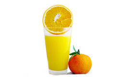 Vidrio con el jugo y maduro anaranjado. foto de archivo libre de regalías