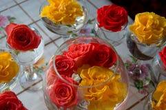 Vidrio con el ramo de rosas en un fondo borroso imagen de archivo libre de regalías