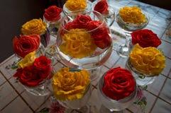 Vidrio con el ramo de rosas en un fondo borroso fotos de archivo
