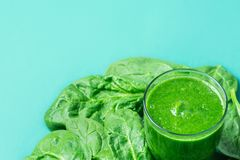Vidrio con el Smoothie fresco verde de las frutas frondosas de las verduras de los verdes Plátanos de manzanas Kiwi Zucchini Scat Imagenes de archivo