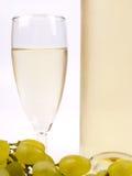 Vidrio con el vino blanco y la uva blanca Fotografía de archivo