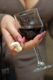 Vidrio con el vino rojo. Fotografía de archivo